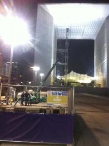 Treuillage de poutre sur parvis de La Défense de nuit